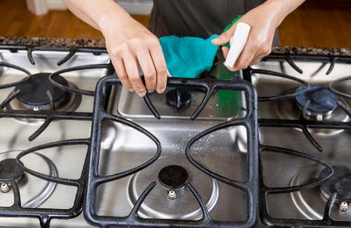 come pulire i fornelli bruciati